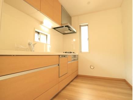 2面採光のキッチンはやはり明るくて通風にも良い影響が。
