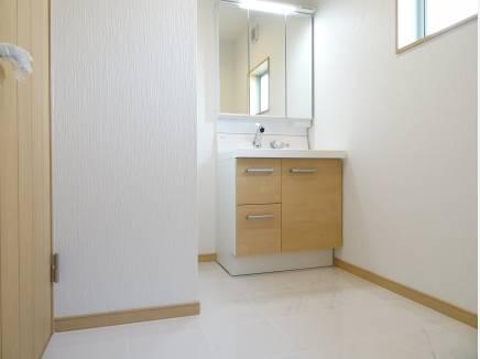 玄関内部・洗面・トイレの床は天然大理石調タイル仕上げ♪