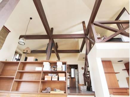 空間に広がりを感じる室内デザイン。