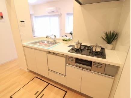 食洗機付きの対面キッチン。家族の会話が楽しめますね。