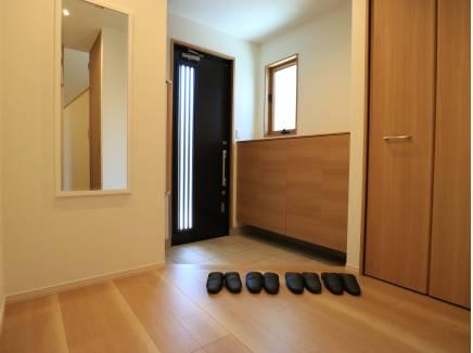 品が良く機能的な玄関ホールはとても広びろ。