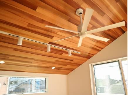 勾配天井のリビングには杉板を張り、憧れのシーリングファンが♪