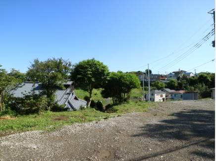 南側に開けた土地。その先には緑、瓦屋根とどこか懐かしさを覚える景色が