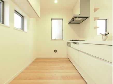 キッチンには吊り戸を完備し収納たっぷりな仕様に