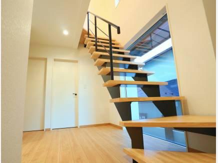 玄関開けるとカッコいいスケルトンの階段がお出迎え!