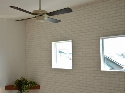 勾配天井にはシーリングファンも