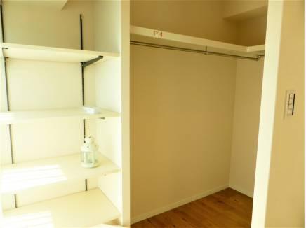 居室に併設されたウォークイン収納スペース