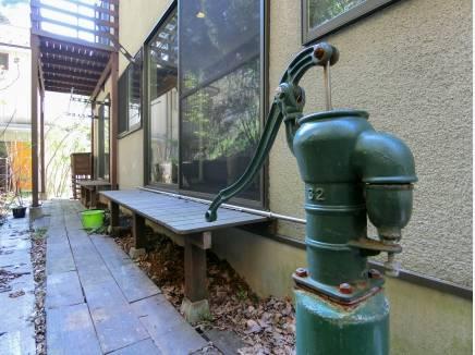 鎌倉の情緒に溶け込む井戸は現在も使用可能