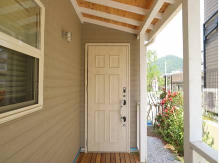 カバードポーチの様な造りの玄関周り