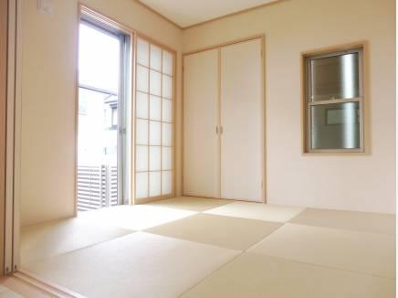 リビングの横には和室が。琉球畳で居心地の良さを感じられます。