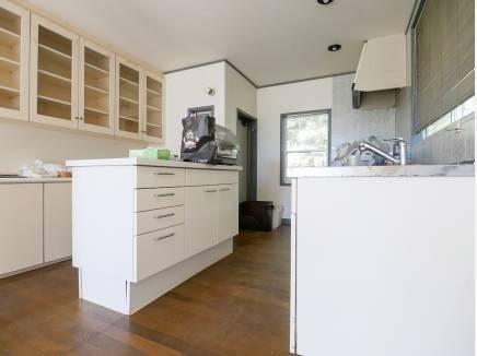 キッチンには作業台を設けとっても広い設計が魅力