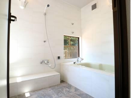 ガラスからの景色が綺麗なバスルーム