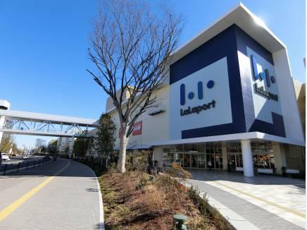 魅力満載の専門店が集う「ららぽーと平塚」は約3.6km地点にあります。