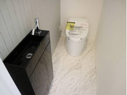タンクレストイレにスタイリッシュなミニ洗面台が光ります
