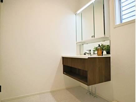 シンプルで洗練された洗面化粧台。