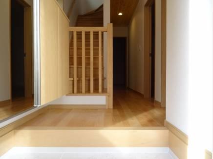 廊下の天井にも無垢材を使用することでワンランク上の空間を演出!