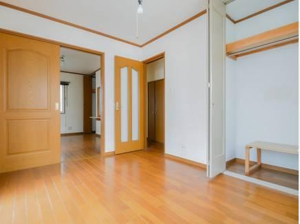 1階の居室には、ゆとりのある収納スペース。