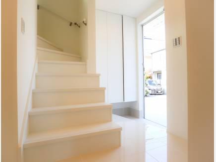白を基調としたシンプルな室内