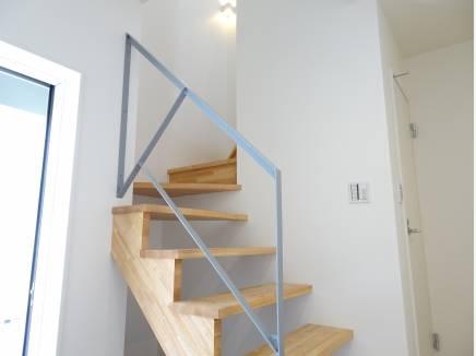 玄関ホールに設置されたお洒落なスケルトン階段