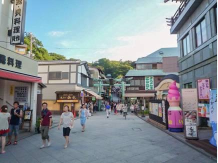 江ノ島島内へも江ノ島大橋を渡って徒歩20分(約1,600m)。