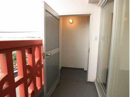 バルコニーは照明付きの納戸付き。