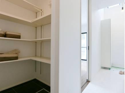 白を基調とした室内。写真は廊下に設計された収納スペース