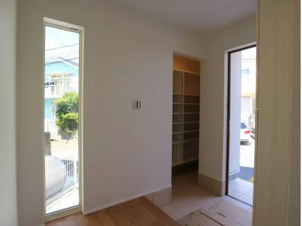 SICのある玄関。採光窓が設けられ明るいです。