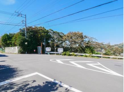角地に位置し、前面道路も広く、開放されています。