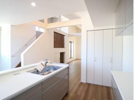 キッチンからも開放的な眺めが広がります。収納としてパントリーも