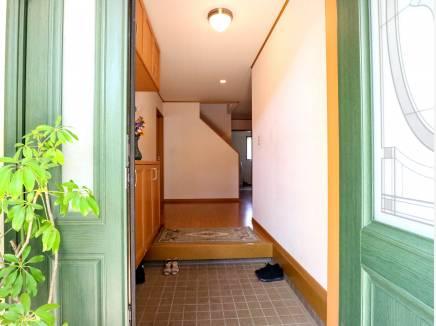 緑の大きな玄関を入ると約5畳分程の大きなホールが広がります