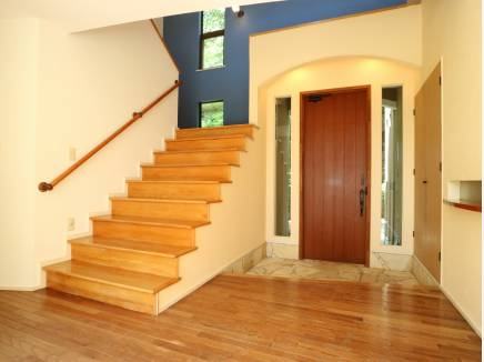 吹き抜けの玄関ホールは開放的に、また品も感じる造りに