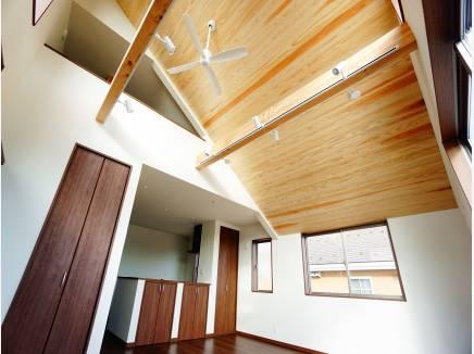 秋田杉の板張り勾配天井。
