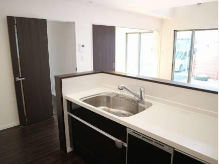 食洗機も完備した対面式オープンキッチン