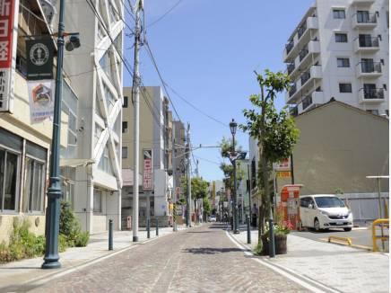 商業施設が豊富な商店街沿い。