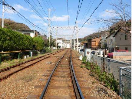 線路の先左奥には江ノ電極楽寺電車車庫工場が見えます