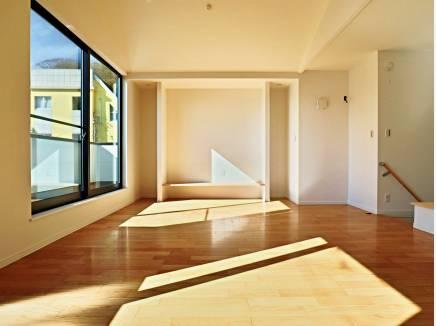 造作のTVボードで室内すっきり。リビングは床暖房も敷設