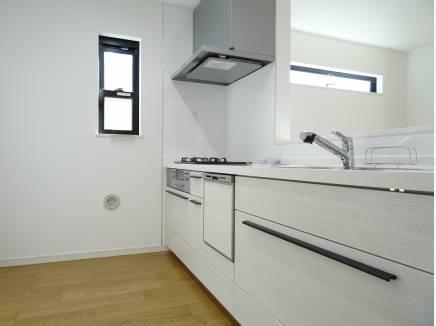 キッチンは白で統一。嬉しい食洗機付きです