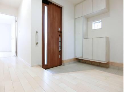 オープンな印象を受ける広い玄関ホール