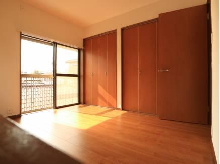 収納力のある洋室は陽当たりも良好です。