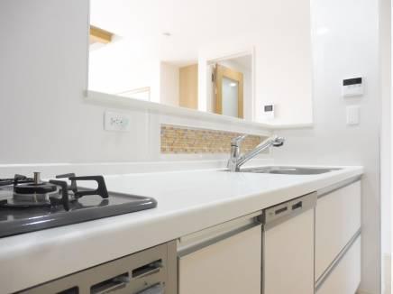 キッチンもゆとりのある空間。ニッチもあり調味料も置けます。