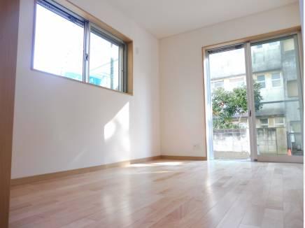 約5.9帖の主寝室です。南向きの開放感のある空間です。