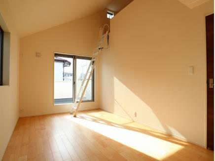 約7帖の主寝室。あたたかな陽光が差し込みます。