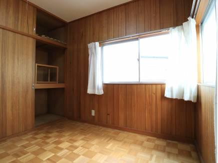 壁といい、床といい、懐かしさ満載の4.5帖間。