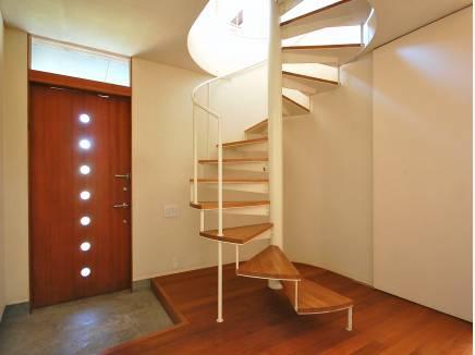 螺旋階段がお洒落な雰囲気を醸し出す。