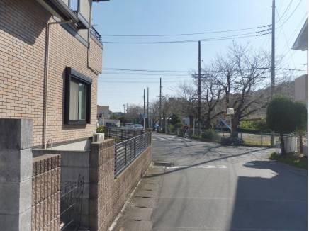 前面道路も約6mと駐車も安心です。