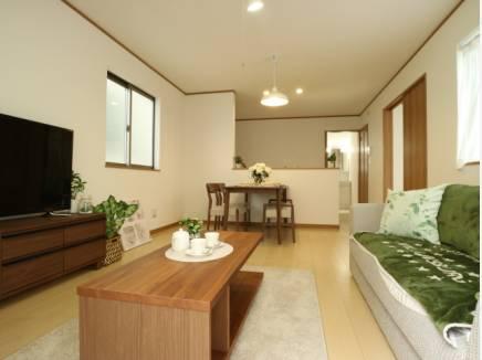生活のイメージが沸きやすいよう家具が配置された室内