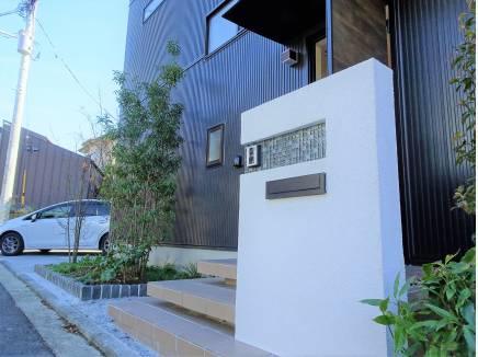 ダークカラーガルバリウム鋼板の外壁洗練された印象