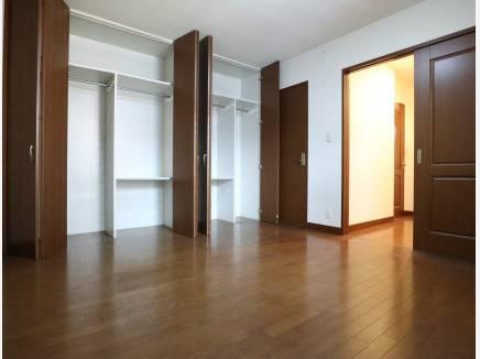 1F居室 壁の収納+奥にはWICもございます