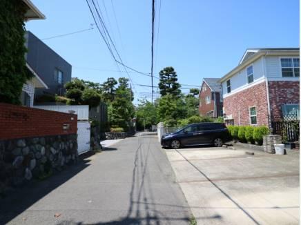 閑静な邸宅街。車通りも少なく、とても静かな住環境
