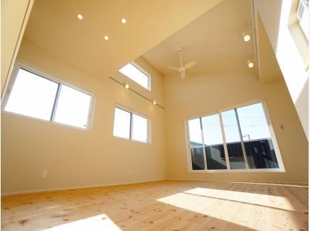 上部勾配天井+採光窓により、明るく開放的な空間に。
